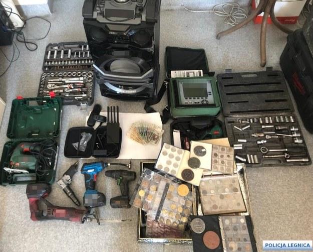 Przedmioty znalezione w mieszkaniu zatrzymanego mężczyzny /Policja