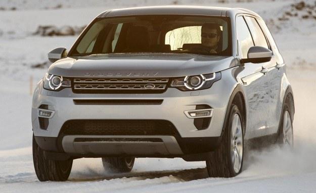Przednia część nadwozia Discovery Sport mocno nawiązuje do rewelacyjnie wyglądającego Range Rovera Evoque'a. Prześwit nowego modelu wynosi zupełnie niezłe 21,2 cm. /Land Rover