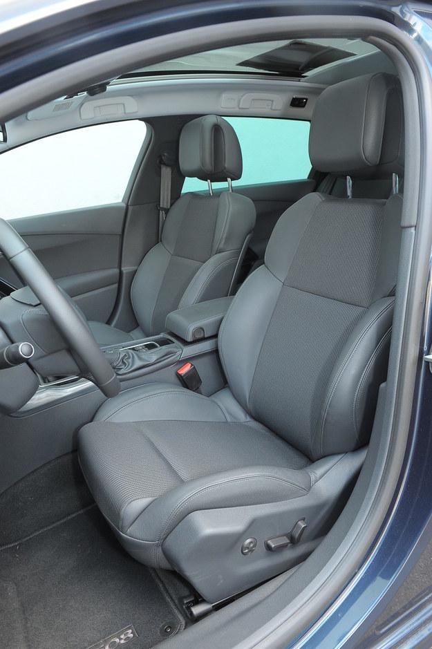 Przednie fotele Peugeota nieco lepiej podpierają na zakrętach niż te w Lagunie. /Motor