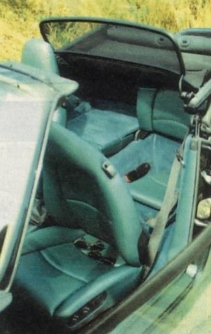 Przednie fotele są bardzo wygodne i komfortowo wyposażone. Z tyłu siedzi się oczywiście znacznie gorzej, ale po złożeniu oparć daje się przewieźć sporych rozmiarów walizkę. Do stelaża dachu przymocowano wiatrochron. /Motor
