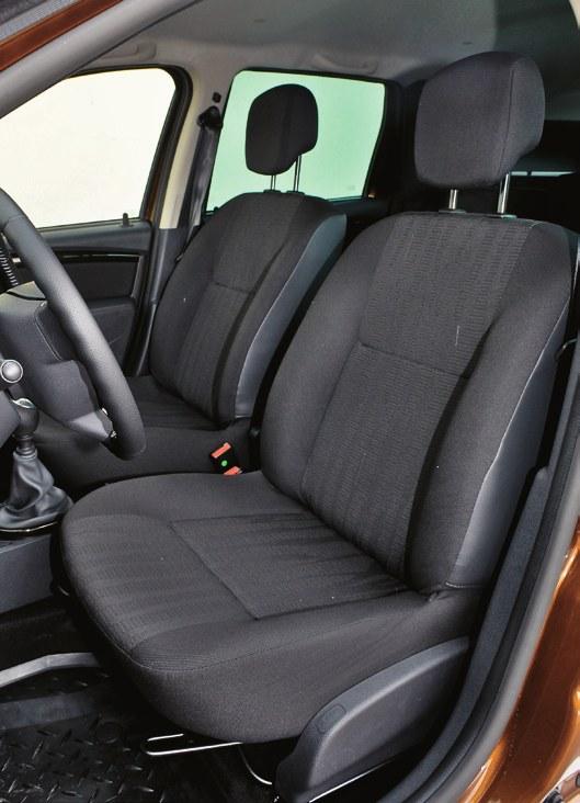 Przednie fotele – są przeciętnie wyprofilowane i kiepsko tapicerowane. /Motor