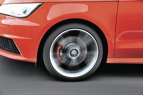 Przednie tarcze mają średnicę 310 mm, tylne – 272 mm. /Motor