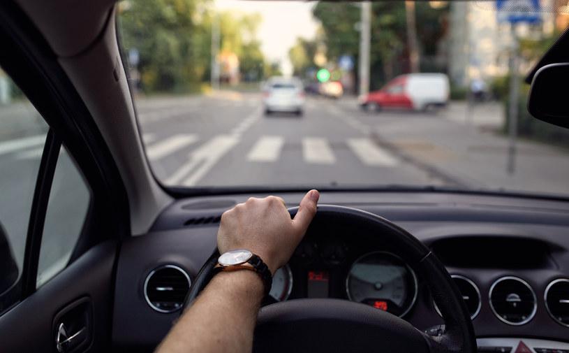 Przedsiębiorca udostępniający pracownikom samochody służbowe ma prawo do pełnego odliczenia VAT od paliwa /123RF/PICSEL