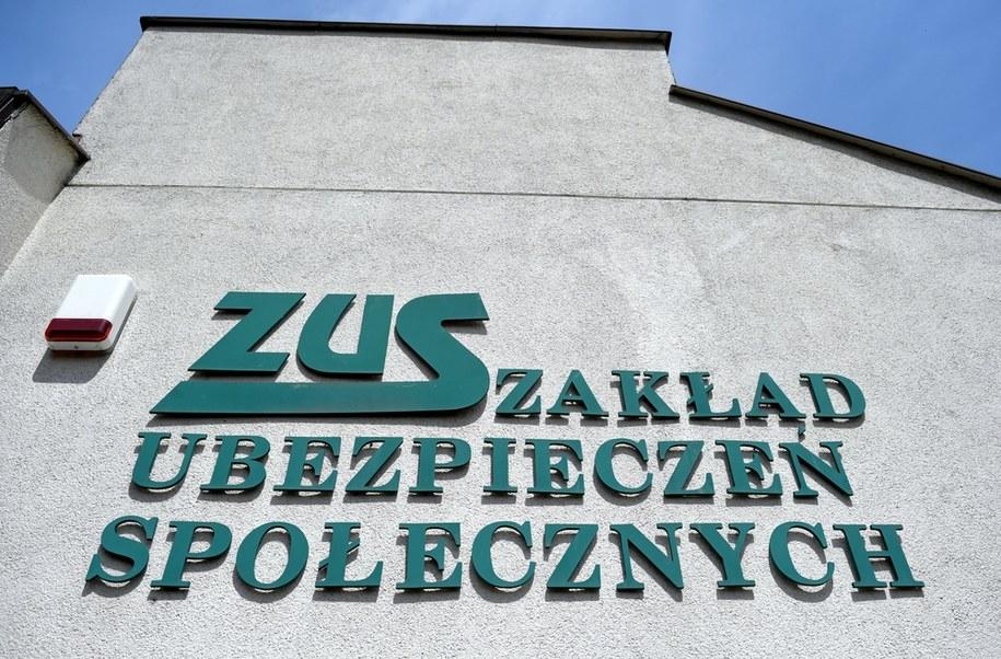Przedsiębiorcy z Ostrowa Wielkopolskiego grozi osiem lat za kratami za wyłudzanie świadczeń antykryzysowych z ZUS /Darek Delmanowicz /PAP