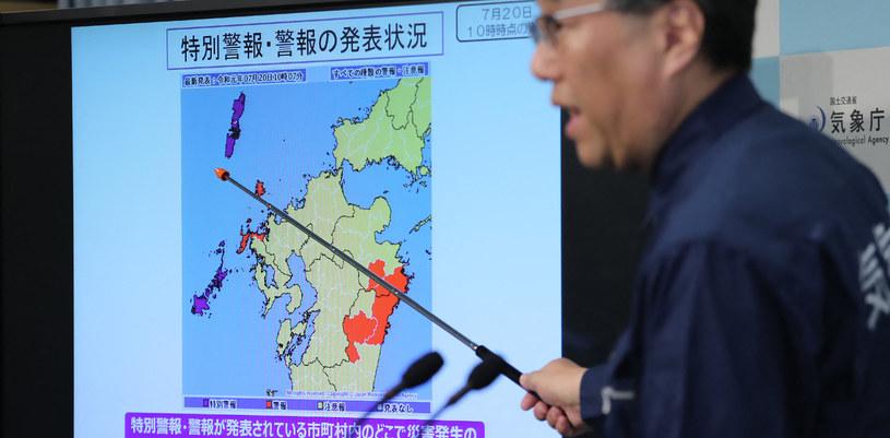 Przedstawiciel japońskiej stacji meteorologicznej ostrzegający przed ulewnymi deszczami na wyspach Goto i Tsushima /AFP