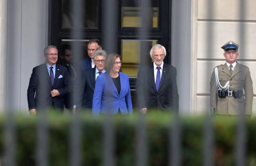 Przedstawiciele klubu PiS puszczają Pałac Prezydencki po spotkaniu z prezydentem Andrzejem Dudą /PAP