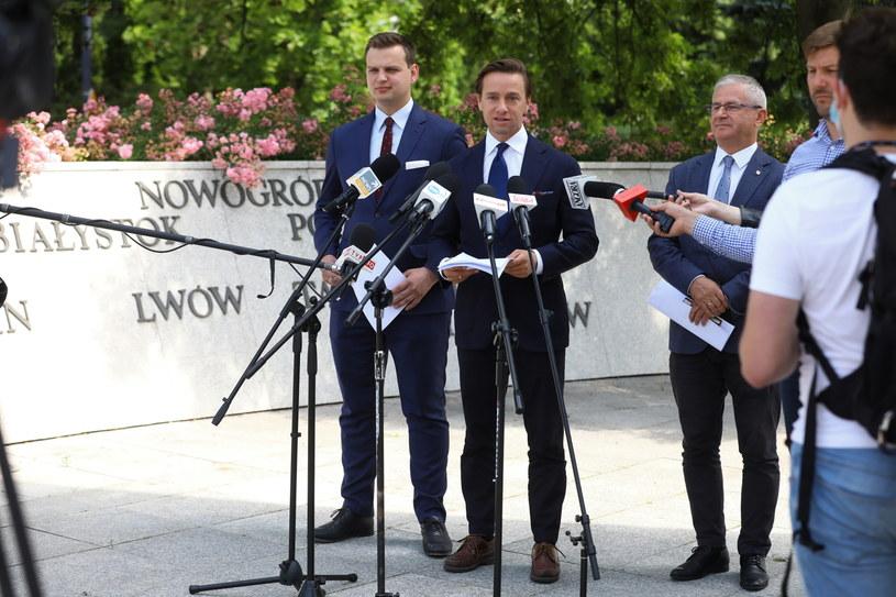 Przedstawiciele Konfederacji w trakcie konferencji prasowej. Przy mikrofonie Krzysztof Bosak. /Rafał Guz /PAP