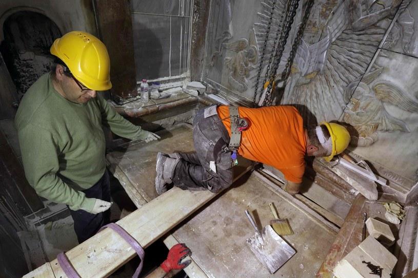 Przedstawiciele Kościołów dali naukowcom tylko 60godzin. Wtym czasie musieli oni odsłonić skałę, na której miało zostać złożone ciało Chrystusa, wyczyścić ją, przebadać iponownie zapieczętować grób. Dlatego już przed wyznaczonym terminem podjęcia prac dokładnie zbadali wnętrze kaplicy za pomocą kamery na podczerwień (wskazuje wilgotne miejsca), skanera laserowego (dostarcza zdjęć w3D) oraz georadaru (widzi przez ściany), aby wykryć możliwe problemy