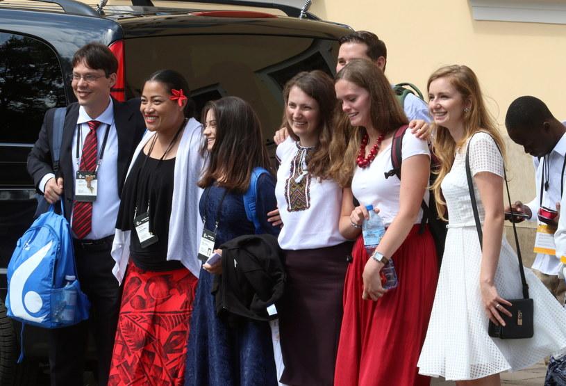 Przedstawiciele młodzieży z różnych kontynentów po obiedzie z papieżem Franciszkiem /Stanisław Rozpędzik /PAP