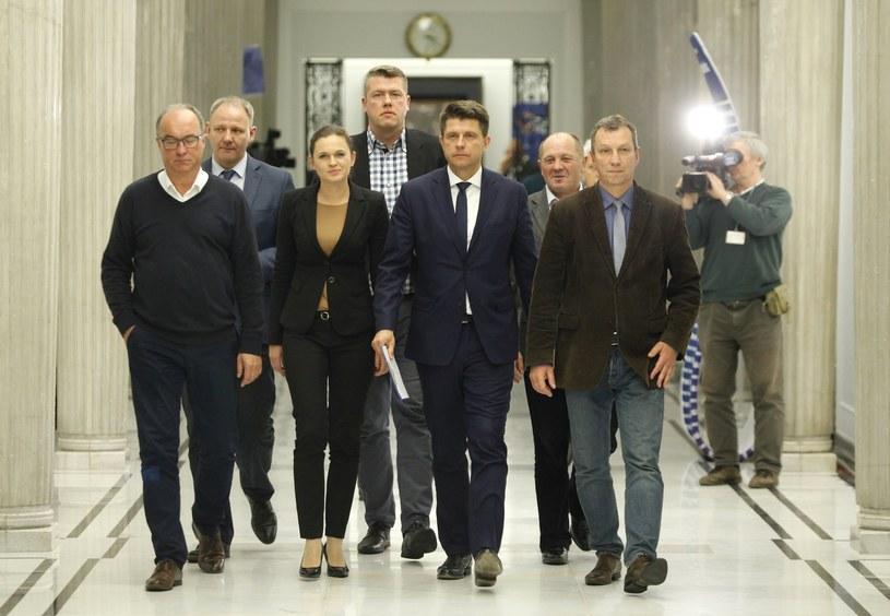 Przedstawiciele opozycji po wspólnym spotkaniu udają się na konferencje prasową /Stefan Maszewski /Reporter