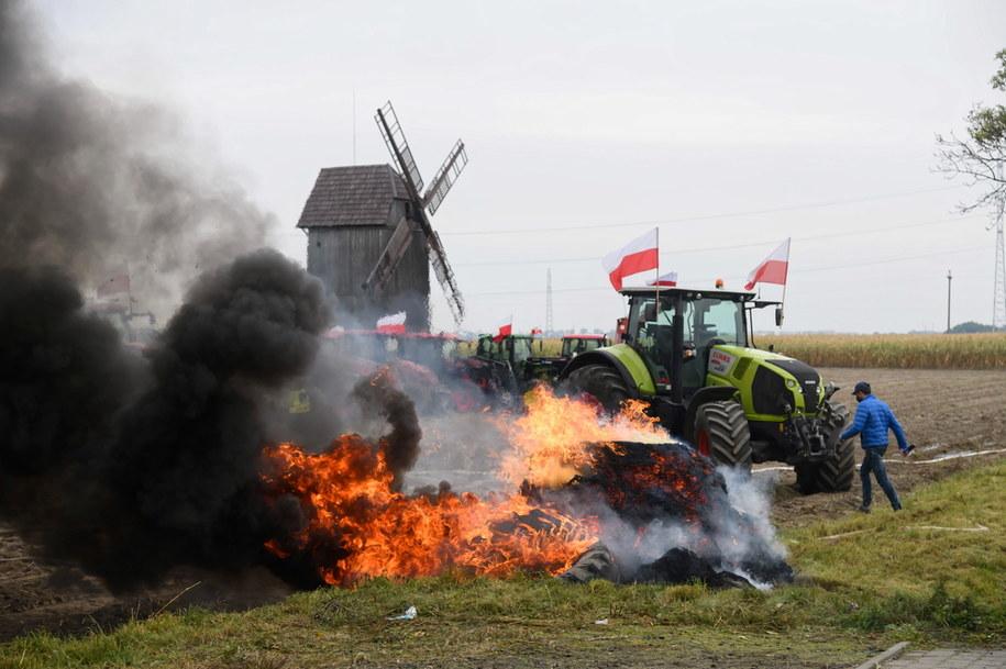 Przedstawiciele organizacji rolniczej Agrounia blokują drogę krajowej nr 11 /Jakub Kaczmarczyk /PAP
