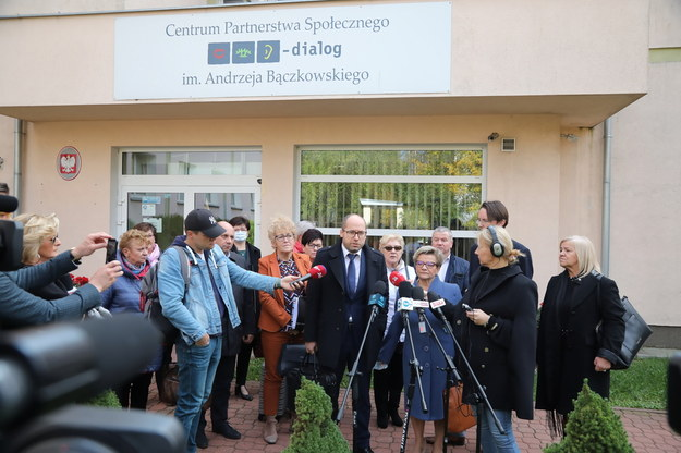 """Przedstawiciele protestujących medyków przed siedzibą Centrum Partnerstwa Społecznego """"Dialog"""" /Wojciech Olkuśnik /PAP"""
