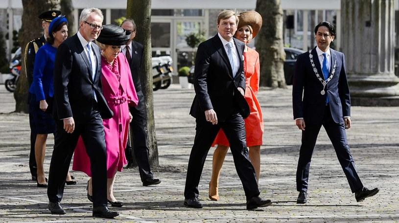 Przedstawiciele rodziny królewskiej (m.in. królowa Maksima i król Wilhelm Aleksander) w drodze na uroczyste wręczenie nagrody Angeli Merkel /REMKO DE WAAL /PAP/EPA