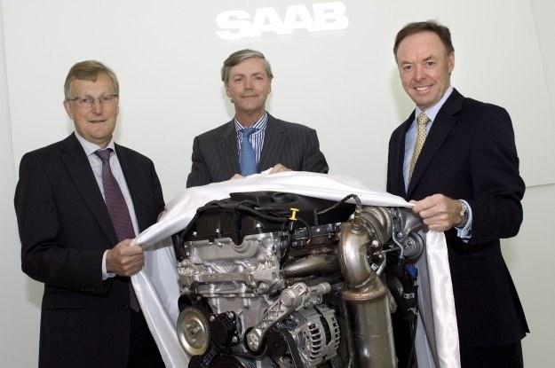 Przedstawiciele Saaba i BMW przy silniku 1,6 turbo /INTERIA.PL
