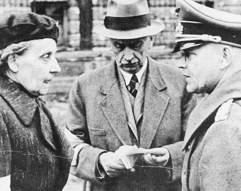 Przedstawiciele władz cywilnych i Polskiego Czerwonego Krzyża: hr. Maria Tarnowska i dr Alfred Lewandowski w czasie rozmów z delegacją niemiecką na temat wyjścia ludności cywilnej z miasta /Wikimedia Commons /domena publiczna