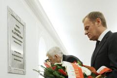Przedstawiciele władz złożyli kwiaty przed tablicami w Sejmie