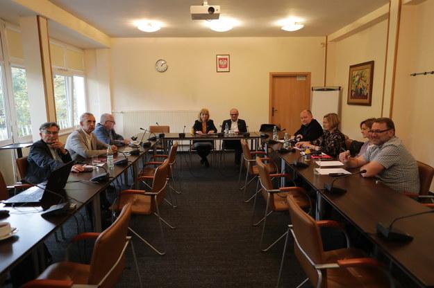 """Przedstawiciele ZNP, Forum Związków Zawodowych i oświatowej Solidarności na spotkaniu w Centrum Partnerstwa Społecznego """"Dialog"""". /Albert Zawada /PAP"""