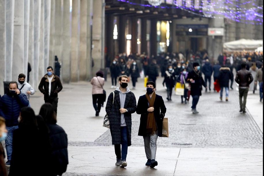 Przedświąteczny ruch na ulicach w Mediolanie /MOURAD BALTI TOUATI /PAP/EPA