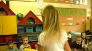 Przedszkolaki recytują Lokomotywę pod swoim nadzorem