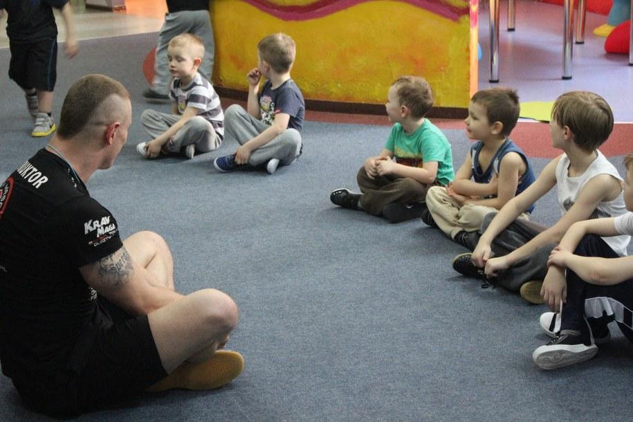 Przedszkolaki uważnie słuchają rad instruktora /Piotr Bułakowski /RMF FM