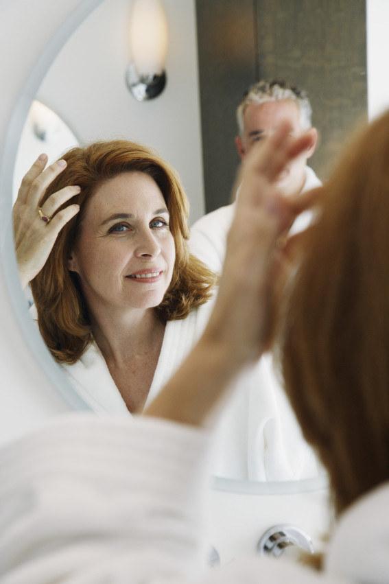 Przedwczesne siwienie włosów /© Photogenica