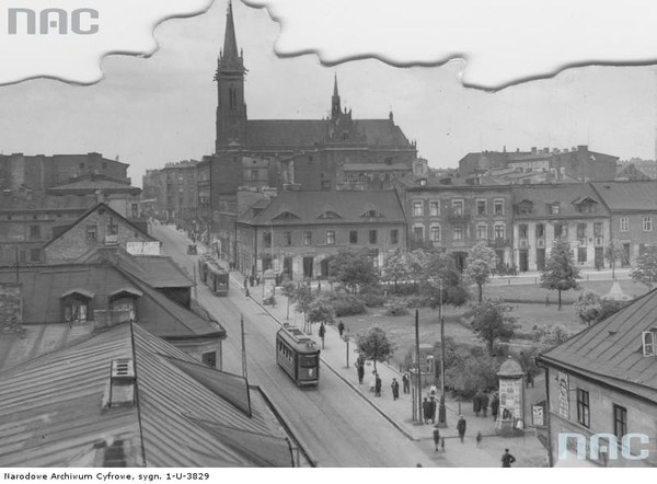 Panorama Łodzi. Na pierwszym planie tramwaj i słup ogłoszeniowy. W tle kościół pw. Wniebowzięcia NMP na pl. Kościelnym