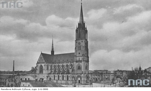 Katedra św. Stanisława Kostki w Łodzi. W głębi Robotniczy Bank Spółdzielczy