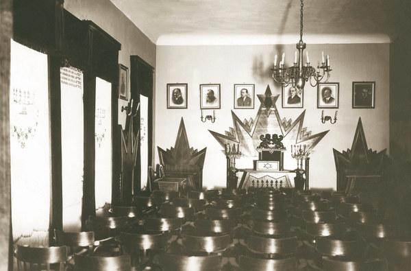 Stowarzyszenie B'nei Brith powstało w 1843 r. w Nowym Jorku, a jego warszawska loża, założona w 1922 r., była 32. na świecie. Inspirowała żydowskie życie kulturalne, ale jej działalność była wypełniona symboliką - na wzór masonerii.