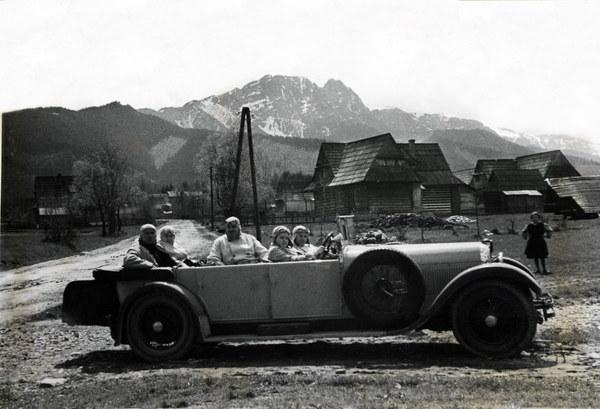 Zakopane, 1931, bogaci krakowscy mieszczanie na wycieczce samochodem marki Austro-Daimler. W głębi Giewont