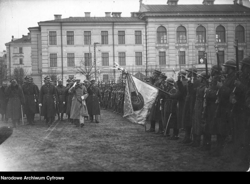 Przegląd wojska dokonany przez Józefa Piłsudskiego po zajęciu Wilna, rok 1919 /Z archiwum Narodowego Archiwum Cyfrowego