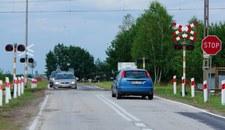 Przejazd kolejowy – znak Stop i wyłączona sygnalizacja
