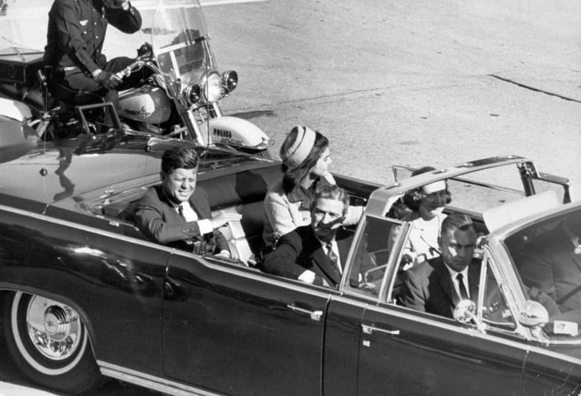 Przejazd pary prezydenckiej przez plac Dealey w Dallas. Za chwilę padną strzały /Agencja FORUM
