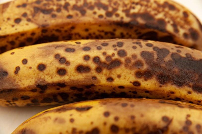 Przejrzałe banany można wykorzystać w domowym deserze /123RF/PICSEL