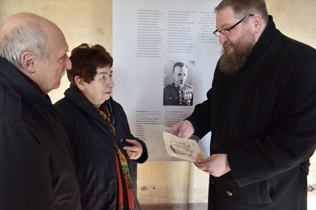 Przekazanie portretu przez rodzinę Tomasza Serafińskiego na ręce dyrektora Muzeum Piotra Cywińskiego. Fot. B. Bartyzel /materiały prasowe