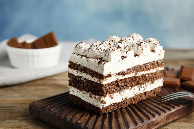 Przekładaniec z kremem waniliowym. Ciasto możemy przeciąć na dwa lub trzy blaty /123RF/PICSEL