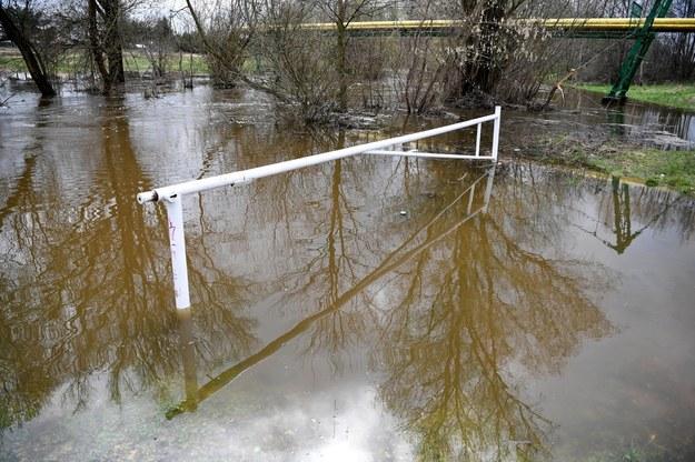 Przekroczony stan ostrzegawczy na rzece Trzebośnica w Nowej Sarzynie /Darek Delmanowicz /PAP