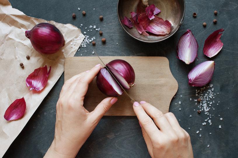 Przekrój cebulę na pół i nacieraj paznokcie przez 5 minut 2-3 razy w tygodniu. /123RF/PICSEL