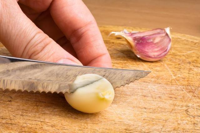 Przekrój ząbek czosnku /© Photogenica