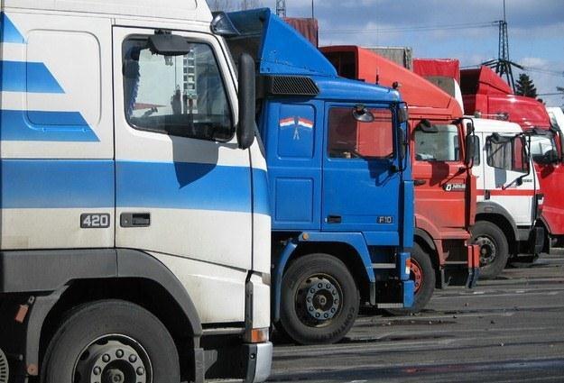 Przeładowane ciężarówki niszczą boczne drogi /RMF