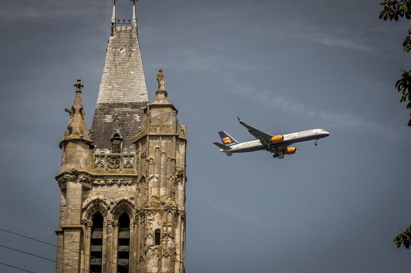 "Przelatujący samolot nad kościołem Saint Pierre Saint Paul w ""Vieux Pays"" w Goussainville /PAP/EPA/CHRISTOPHE PETIT TESSON /PAP"