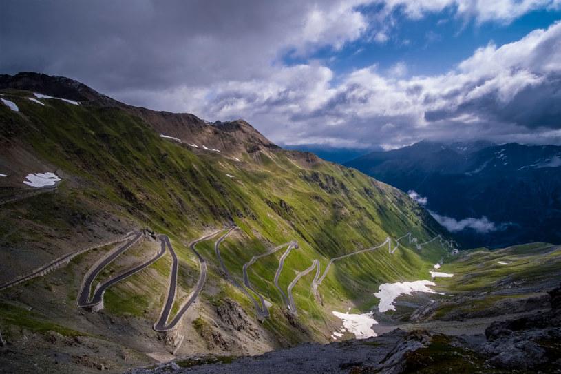 Przełęcz Stelvio to prawdziwe wyzwanie dla kierowców /Frank Bienewald /Getty Images