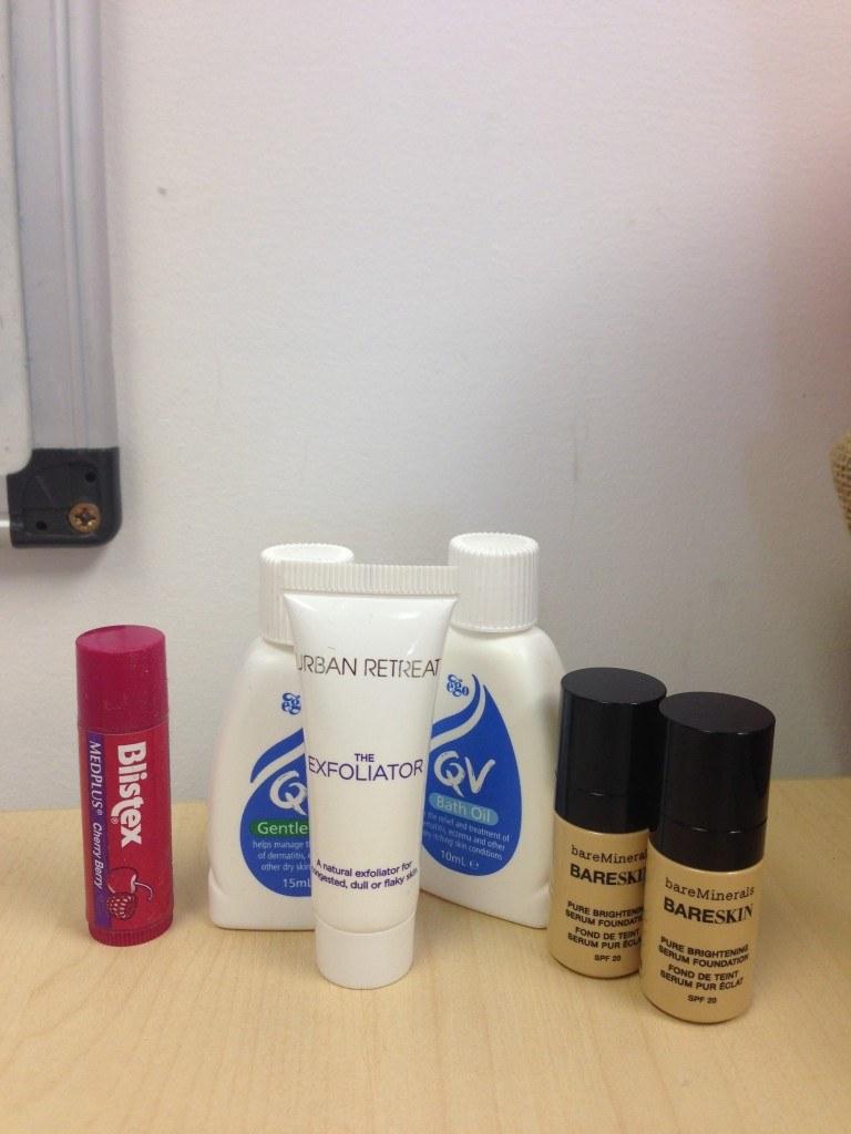 Przelej kosmetyki do mniejszych pojemników /© Photogenica