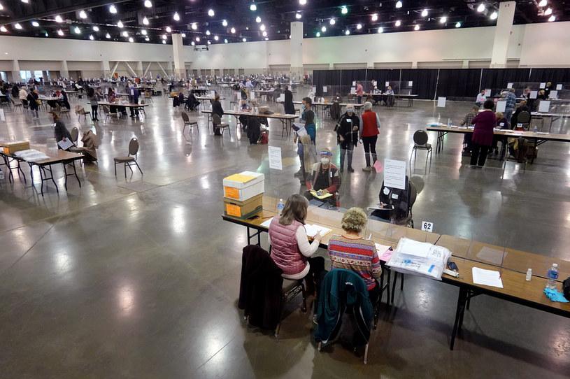 Przeliczanie głosów w Wisconsin /AFP