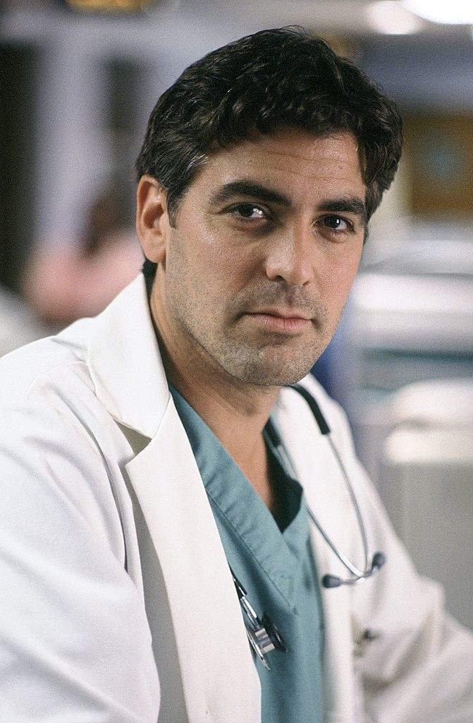 """Przełomowym momentem w karierze aktora okazała się rola Douglasa Rossa w kultowym serialu medycznym """"Ostry dyżur"""". Clooney zyskał dzięki niej ogromną popularność, szczególnie wśród kobiecej części widowni. /Chris Haston /Getty Images"""