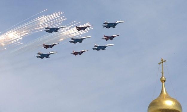 Przelot myśliwców frontowych MiG-29 /MAXIM SHIPENKOV    /PAP/EPA