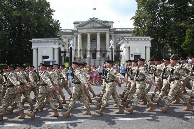 Przemarsz oddziałów wojskowych przed ambasadą Rosji. /Rafał Guz   (PAP) /PAP