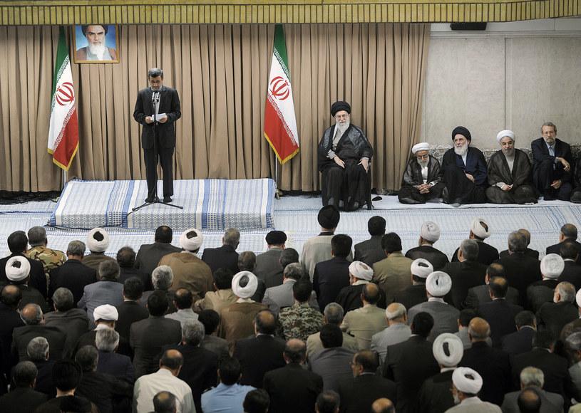 Przemawia odchodzący prezydent Ahmadineżad. Prezydent-elekt Rowhani (drugi z prawej) siedzi między wysokimi irańskimi urzędnikami /AFP