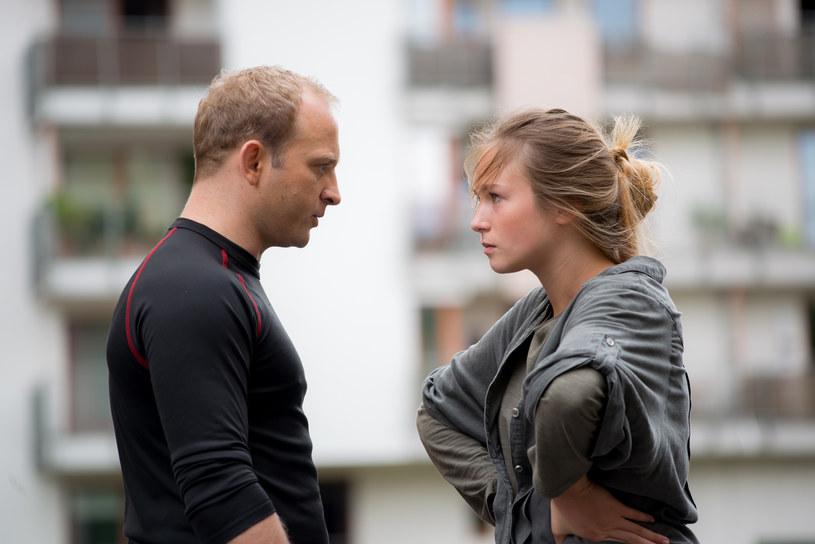 Przemek (Borys Szyc) ma mnóstwo problemów ze swoją młodszą siostrą Hanią (Zofia Wichłacz) /x-news/ Piotr Litwic /TVN