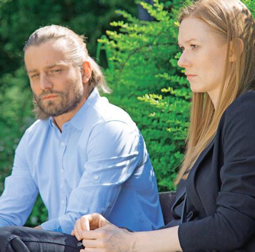 Przemek (Marcin Rogacewicz) poinformuje Wiktorię (Katarzyna Dąbrowska), że on i Ola (Anna Karczmarczyk) wyjeżdżają do Szwecji /Świat Seriali