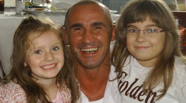 Przemek Saleta z córkami  /MWMedia